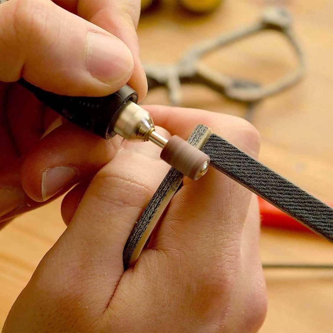 Eine Brille wird mit Werkzeug bearbeitet.