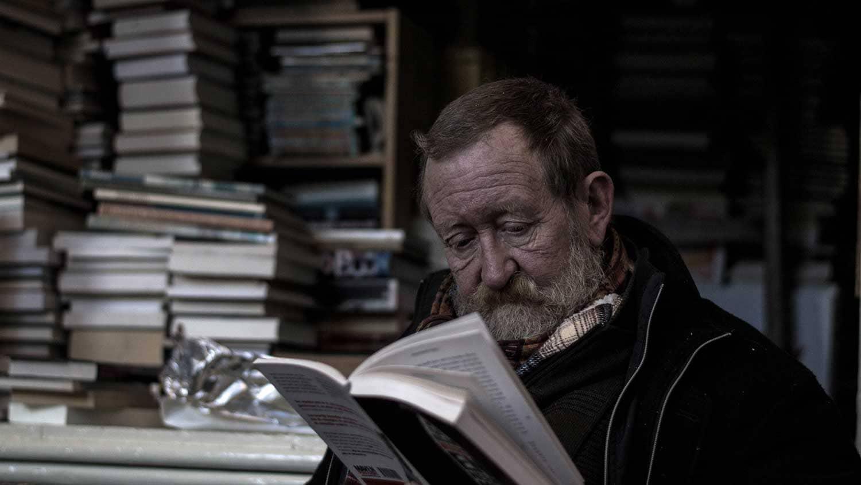 Ein alter Mann liest ein Buch